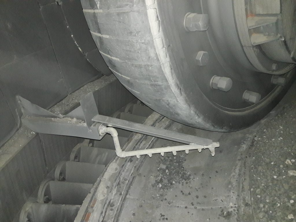 Roller grinding and water spray system in a vertical mill